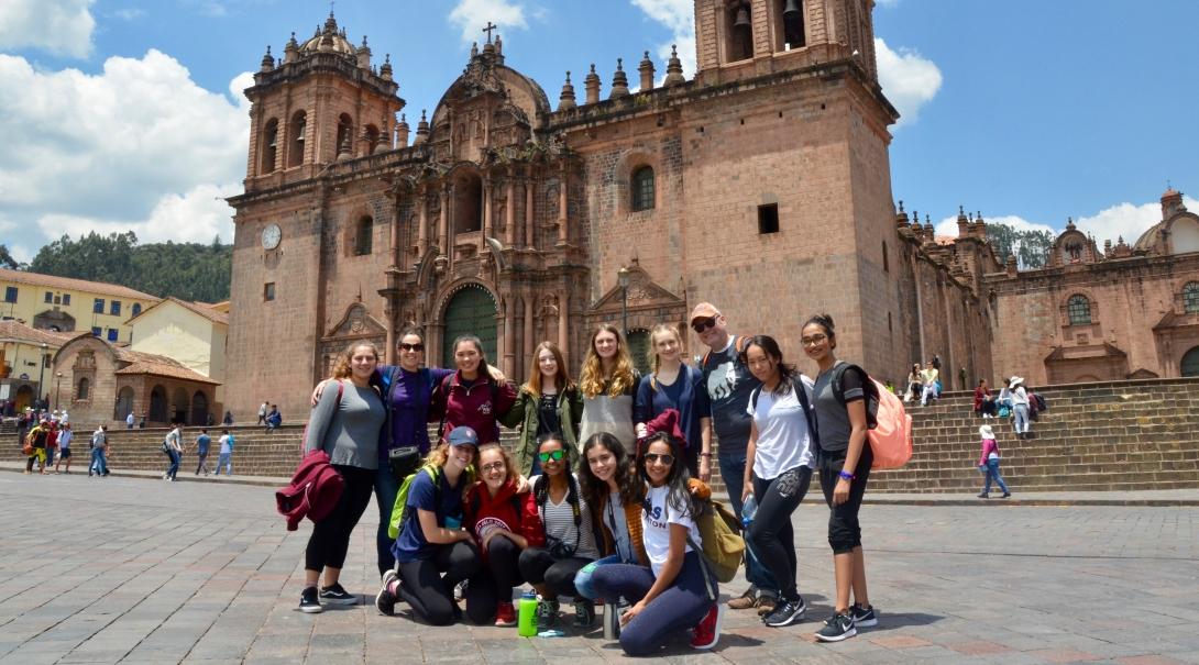 Voluntarios de 16 años explorando Perú durante su voluntariado internacional.